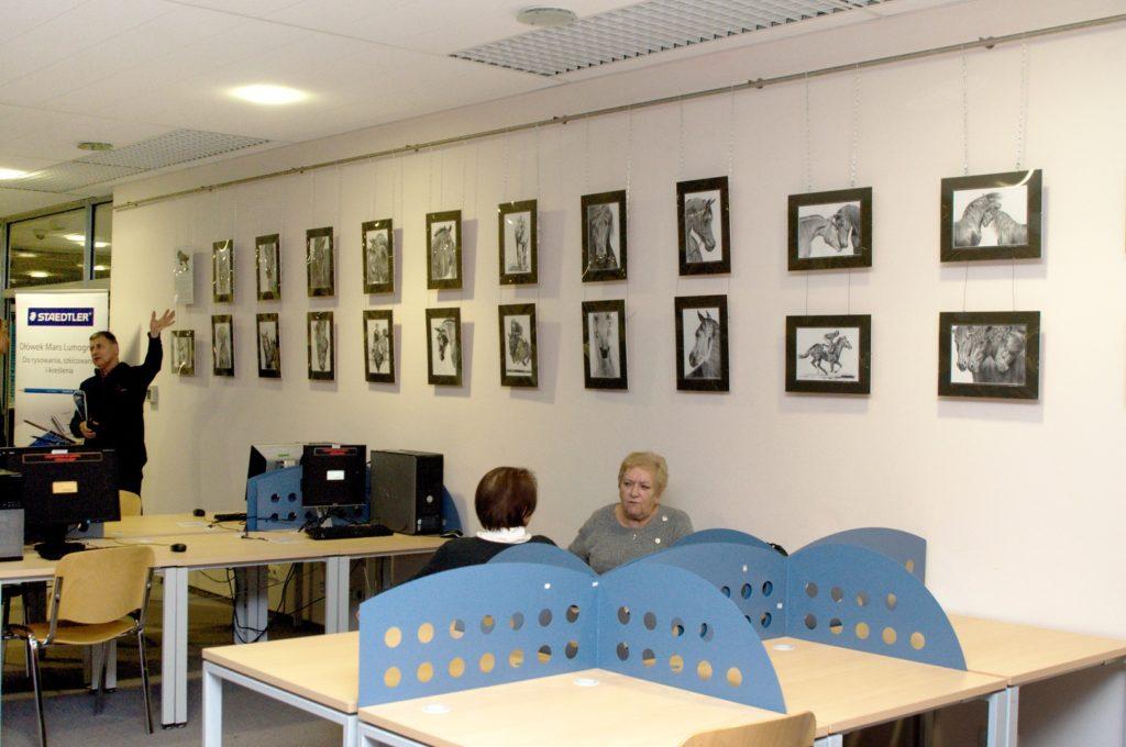 Ekspozycja prac w czasie wystawy w Bibliotece UWM w Olsztynie.
