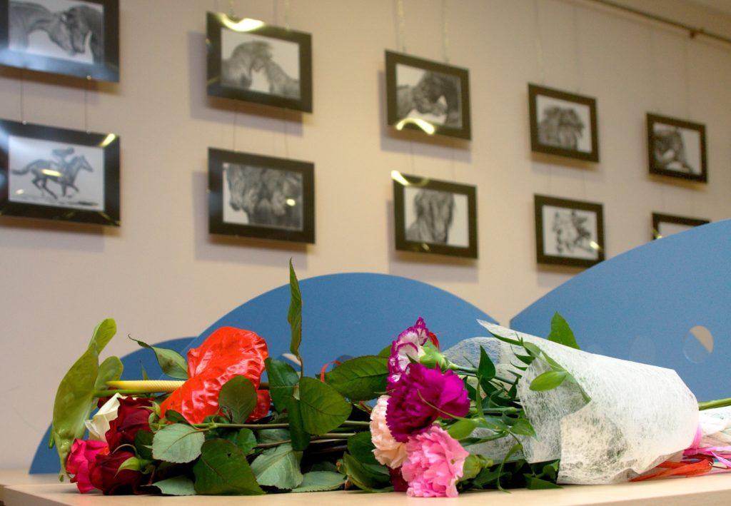 Goście przynosili na otwarcie wystawy, piękne kwiaty.