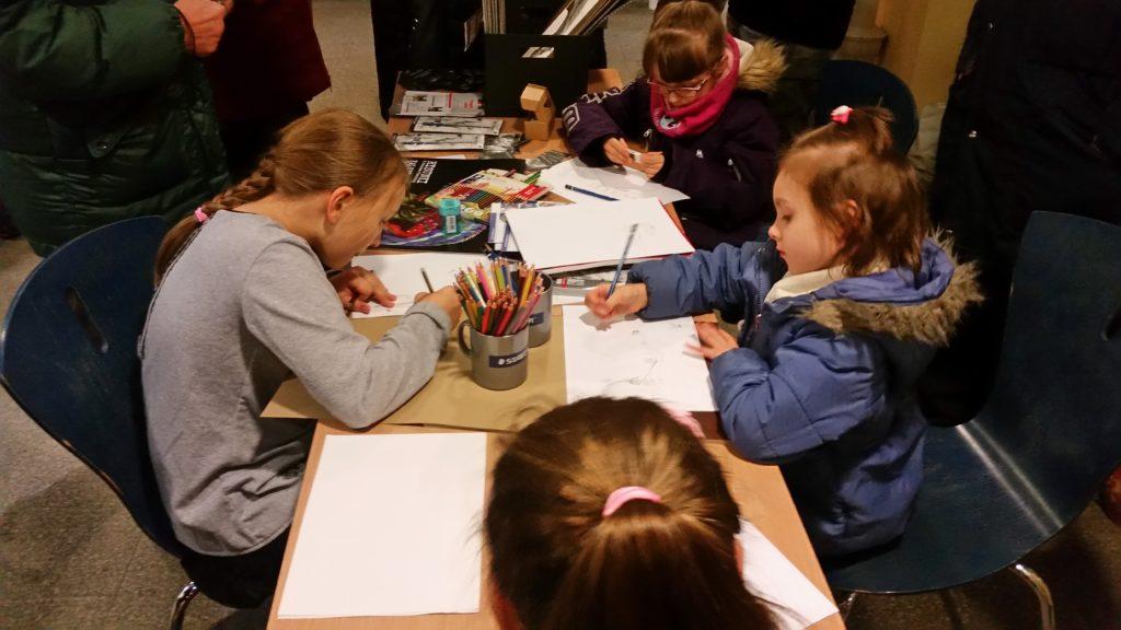 Testty kredek Staedtlera i papierów Happy Color na wernisażu Magdaleny Muraszko-Kowalskiej.