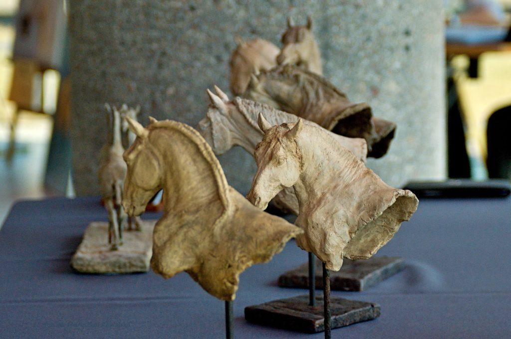 Konie ceramiczne Ewy Jaworskiej.